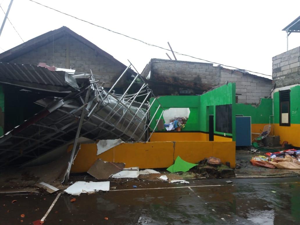 Atap parkiran motor di SMPN 16 yang ambruk di terjang puting beliung