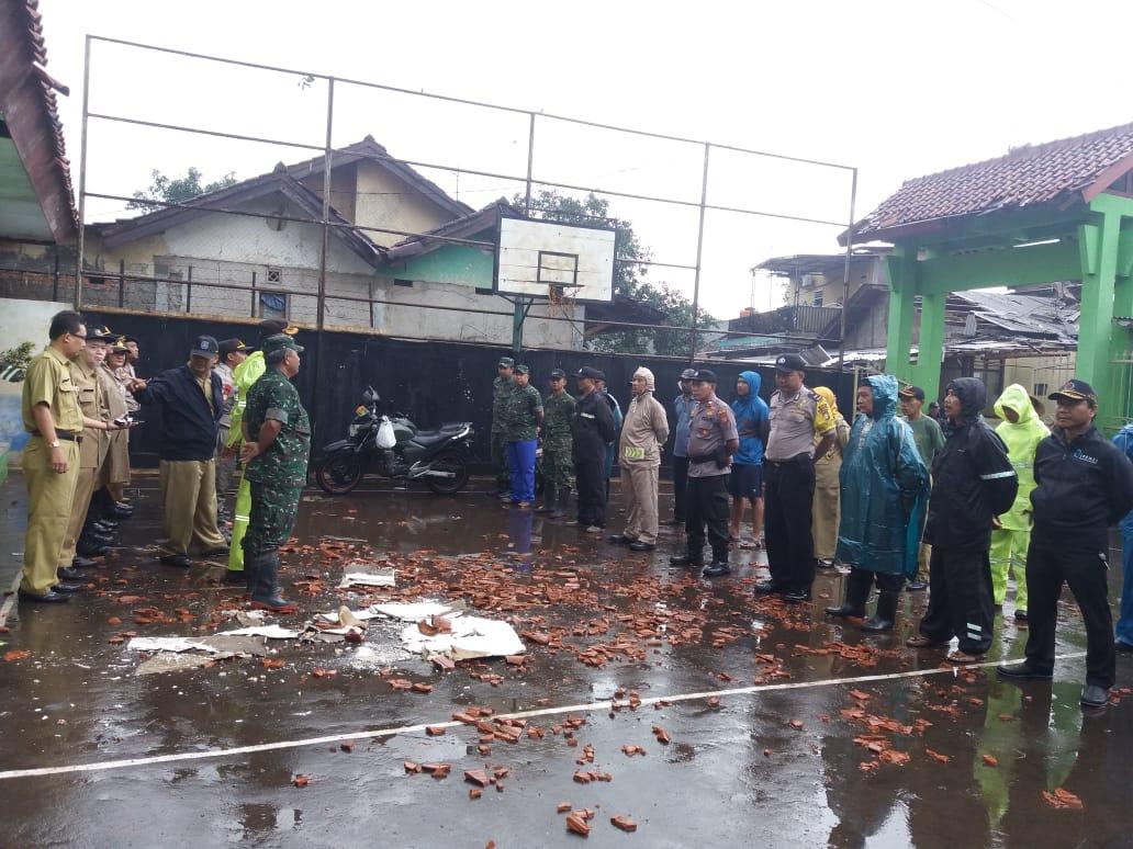 Doa bersama sebelum melakukan aksi bersih-bersih di SMPN 16