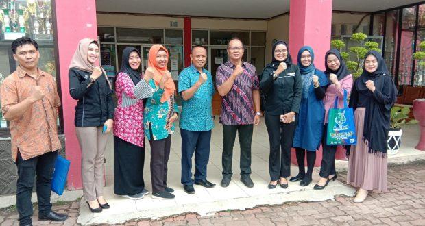 Foto bareng. Manajemen Savero Hotel bersama dengan Kepsek SMKN 2 usai memberikan edukasi ke siswa