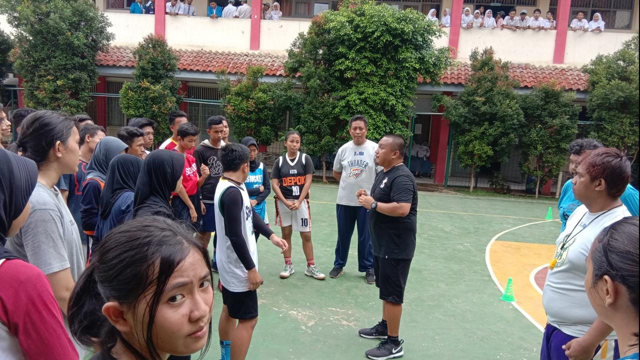 Coach Calvin membagikan pengetahuannya tentang teknik dan skill basket