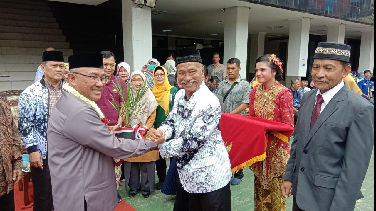 Walikota Depok. Mohammad Idris menerima secara simbolis bibit pohon kurma dari pengelola SMP PGRI Depok 2 Tengah