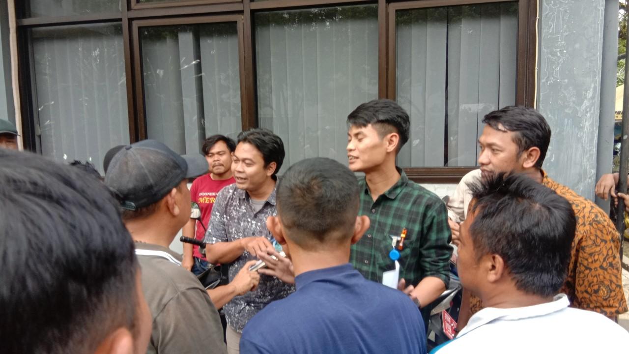 Pengunjuk rasa meminta kejelasan status mereka kepada perwakilan PT.GKM