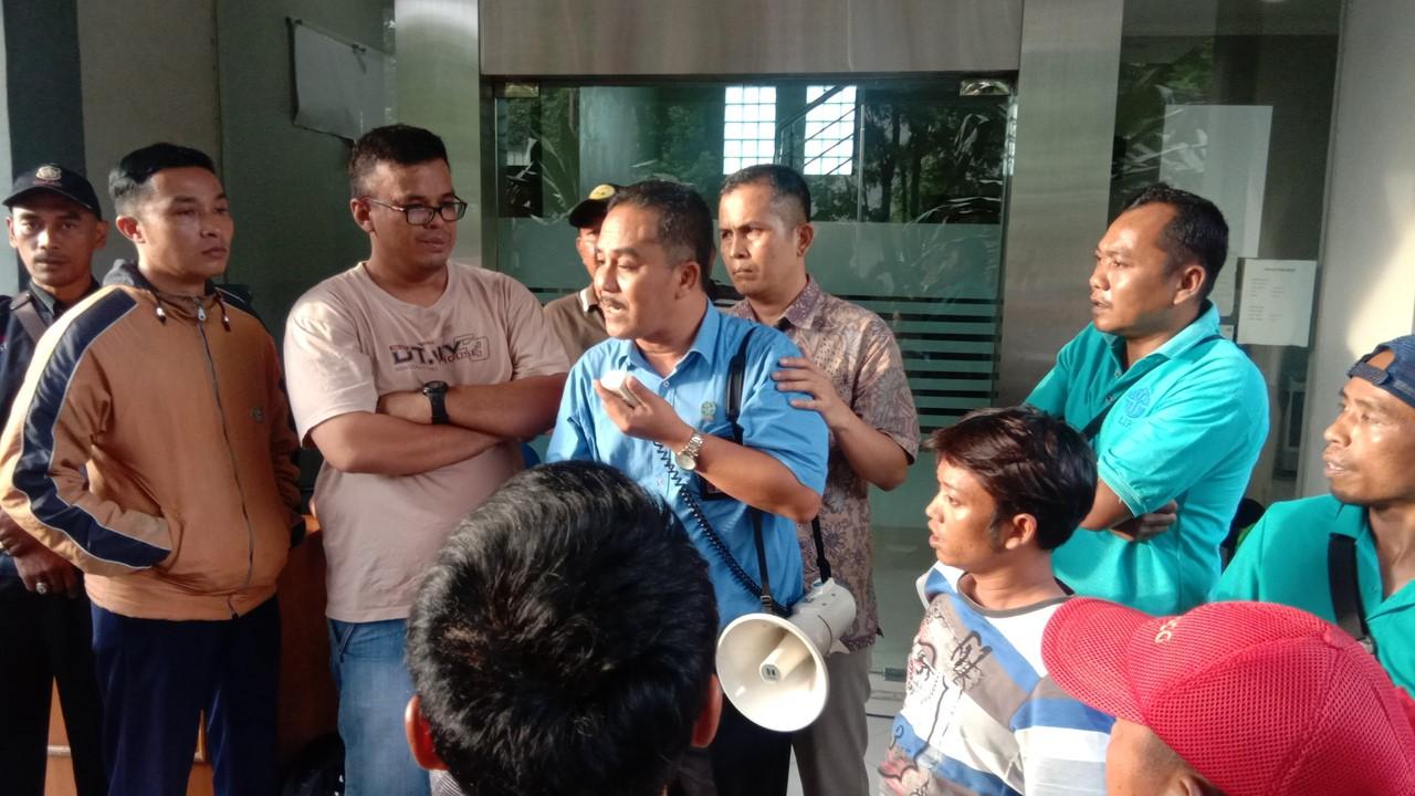 Manager Kawasan LIPI Cibinong berusaha menenangkan para pengunjuk rasa yang emosi