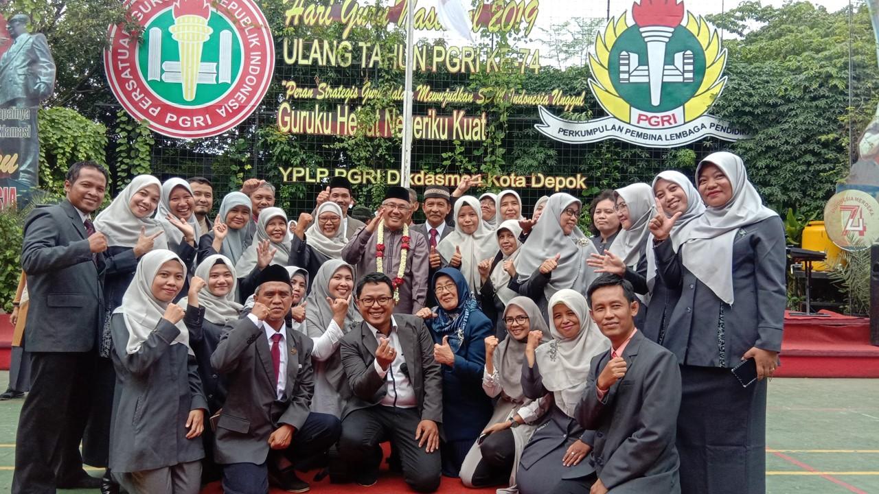 Dewan Guru SMP PGRI Depoj 2 Tengah Foto bersama Walikota Depok
