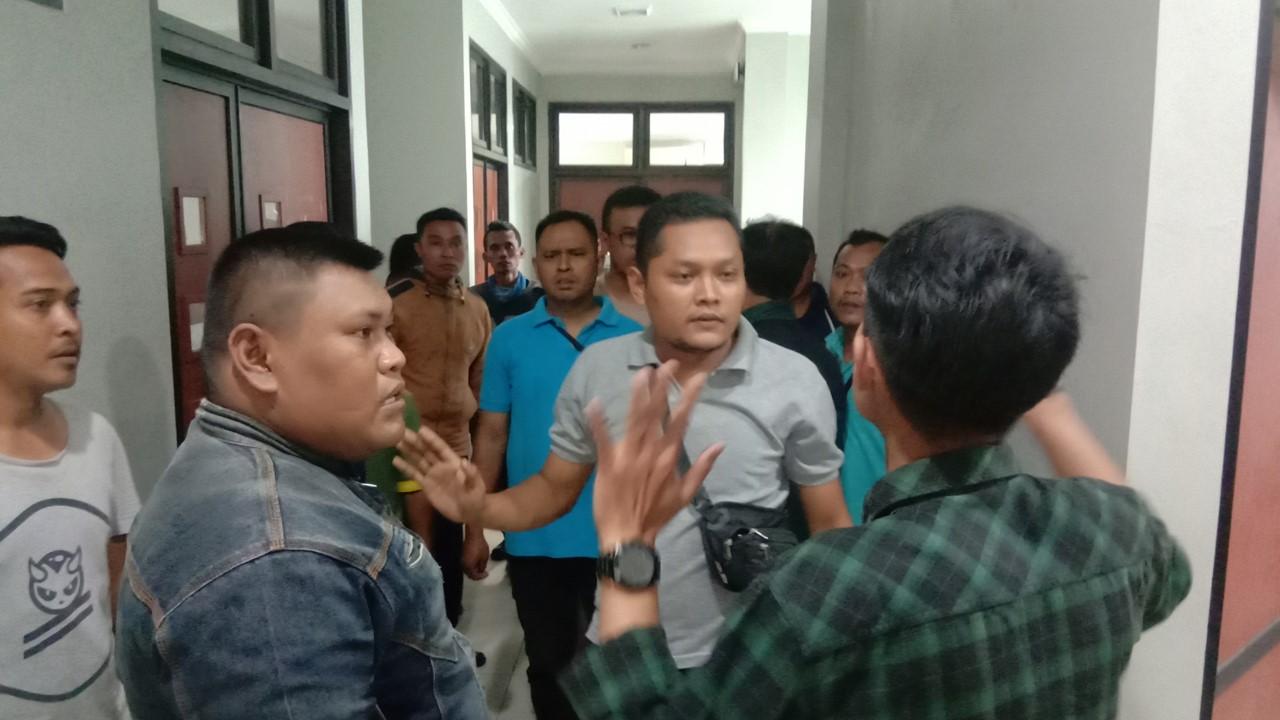 Pengunjuk rasa menggeruduk kantor perwakilan PT Garuda Karya Mandiri (GTM) yang berkantor di LIPI, Cibinong, Bogor.