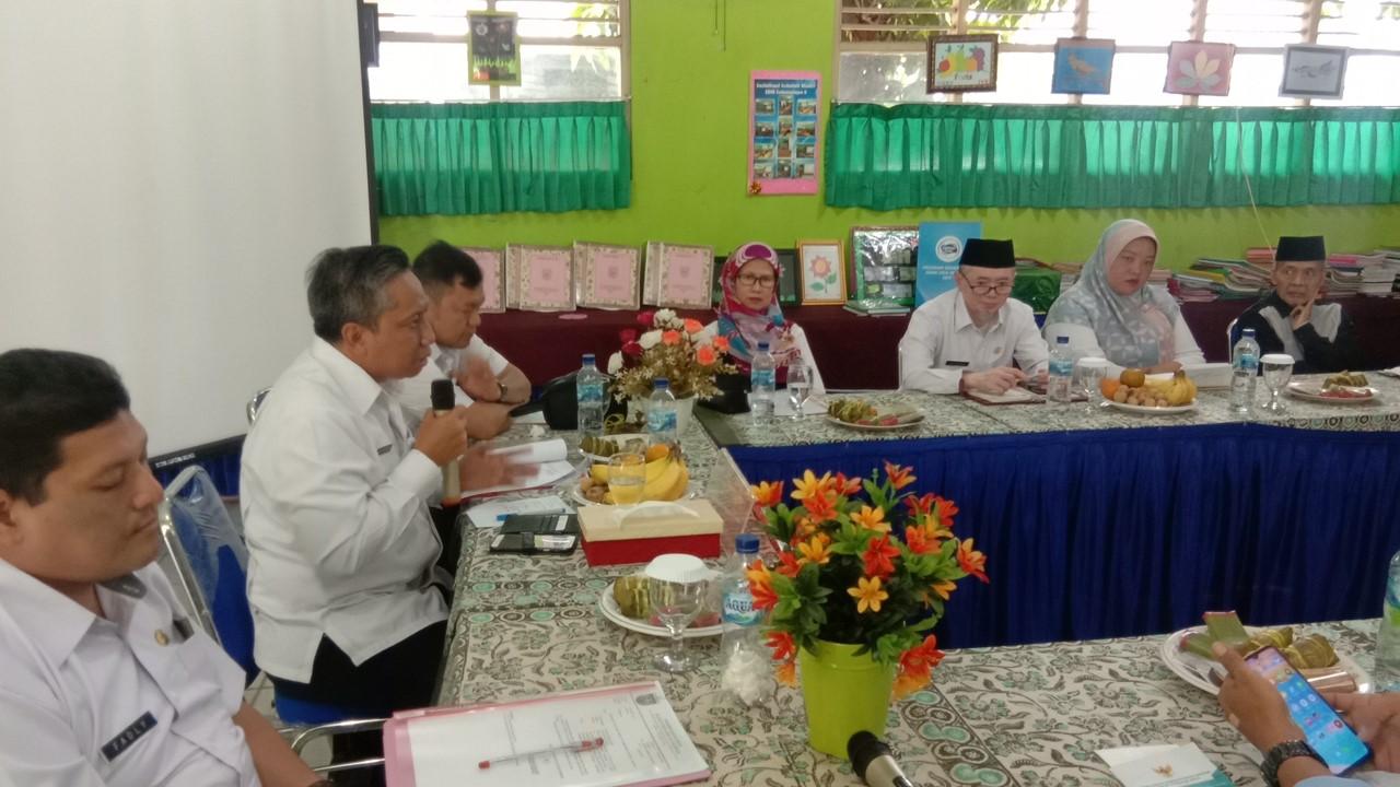 kepala Dinas Pendidikan Kota Depok, Mohammad Thamrin memimpin rapat musyawarah dengan tokoh dan warga dilingkungan RW 2 dan 3, Kel. Sukmajaya terkait rencana penataan SDN Sukmajaya 5 Depok