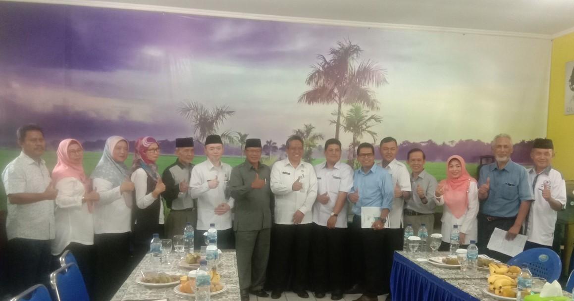 Kadisdik dan Jajarannya foto bersama dengan tokoh masyarakat usai rapat di SDN Sukmajaya 5