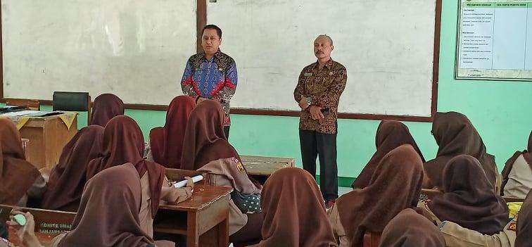 Herry Pansila memberikan motivasi siswa kelas 12 SMAN 2 Banjarsari
