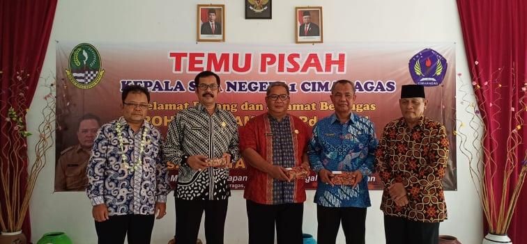 Temu – Pisah Kepala SMA Negeri 1 Cimaragas dari PLT Drs H. Yaya Suhyadi kepada Rohmat Slamet
