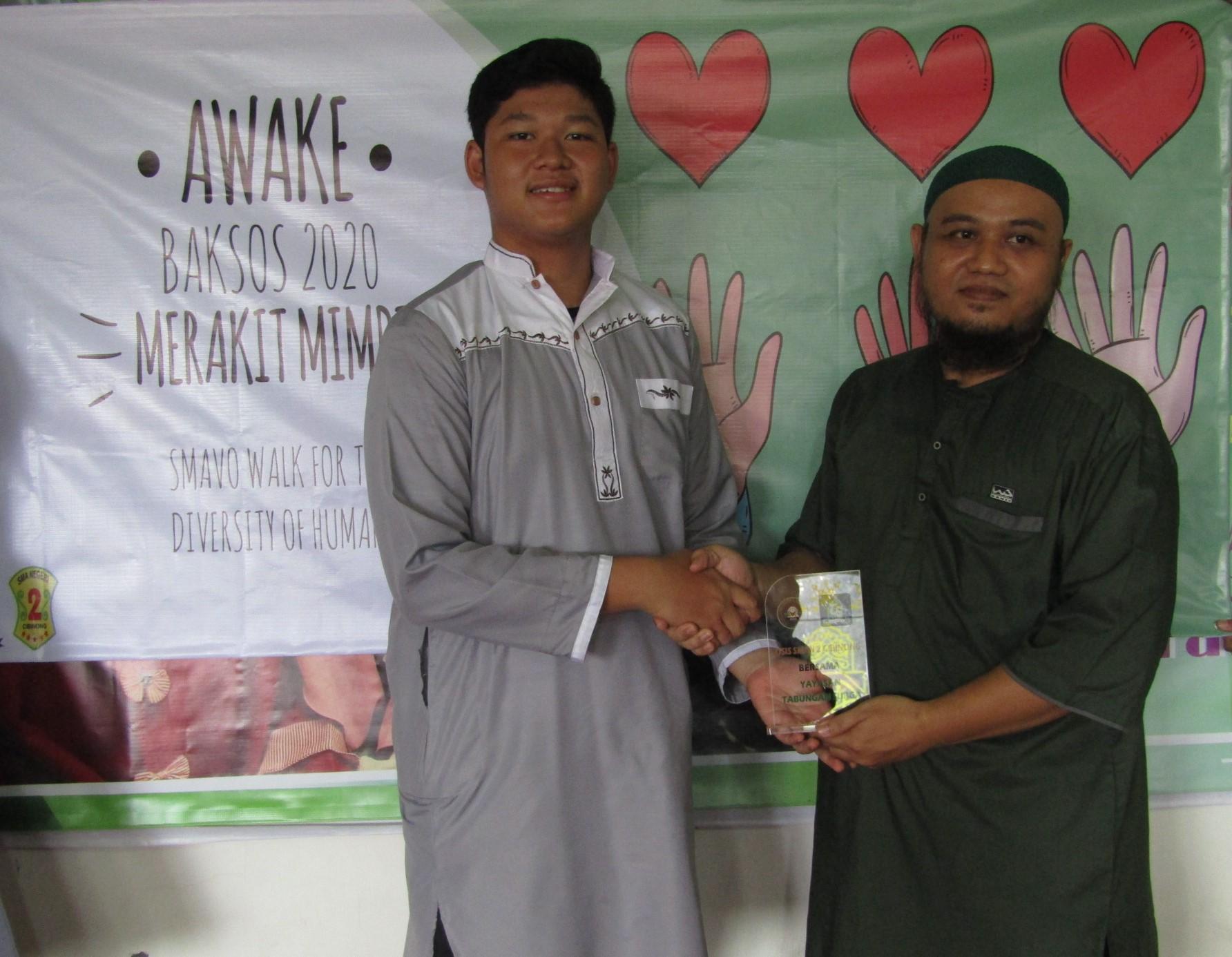 Pengurus OSIS SMAN 2 Cibinong bersama salah satu pengurus Yayasn Tabungan Surga