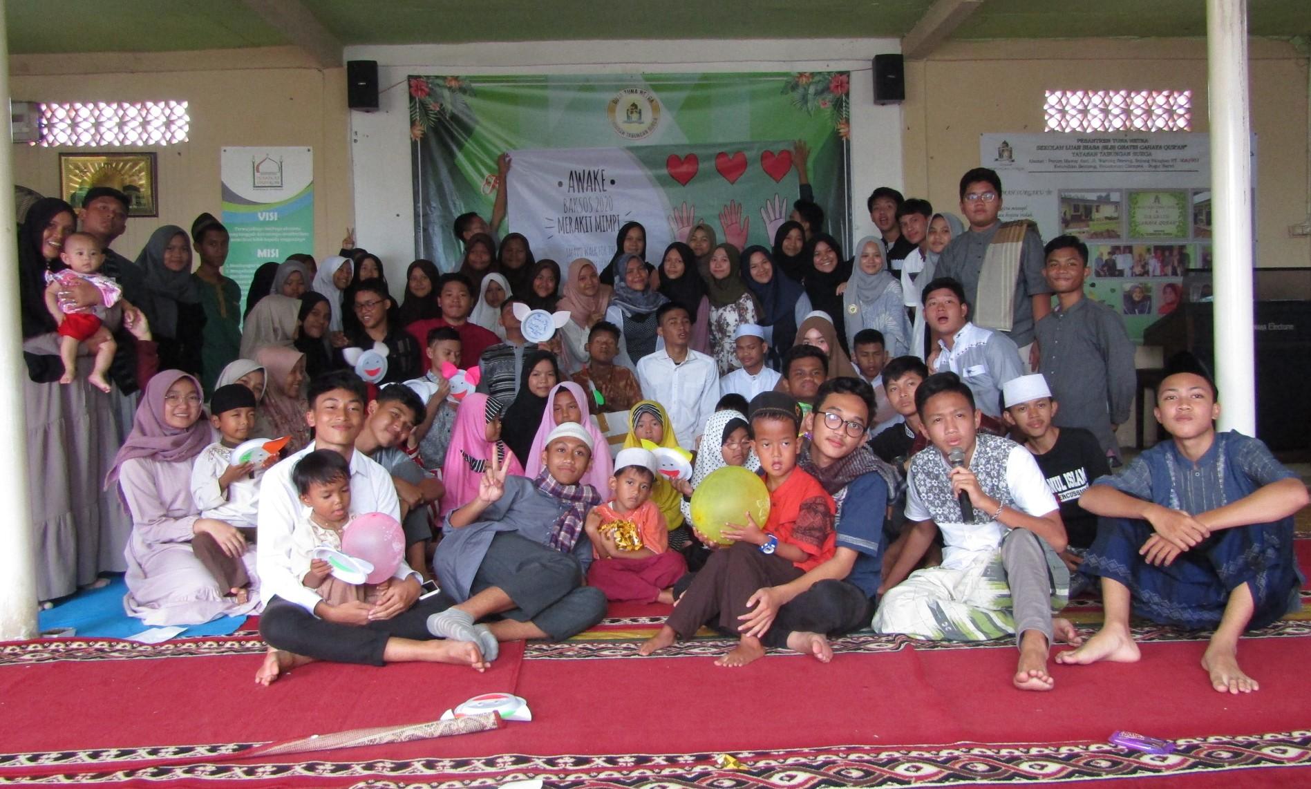 Pengurus OSIS SMAN 2 Cibinong berbagi kebahagiaan bersama penyandang disabikitas asuhan Yayasan Tabungan Surga