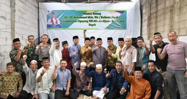Walikota Depok Mohammad Idris bersama warga RT 09 RW 01 Kelurahan Abadijaya Sukmajaya Depok