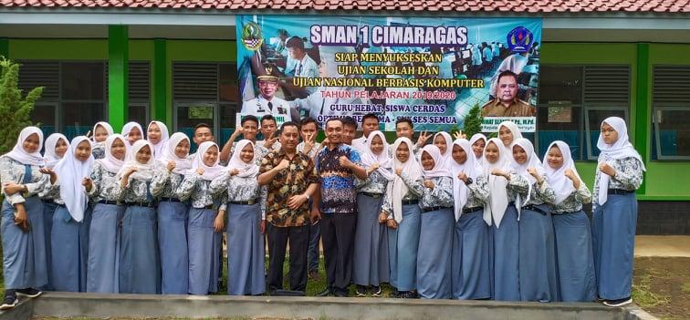 foto bersama siswa siswi SMAN 1 Cimaragas