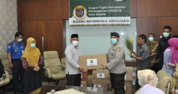 Wali Kota Depok menyerahkan bantuan APD kepada sejumlah rumah sakit