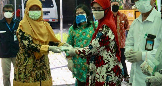 Tim ADPIN BKKBN Pusat saat serahkan alat kontrasepsi pada warga miskin Kampung Lio, Depok. (Dok. Istimewa)